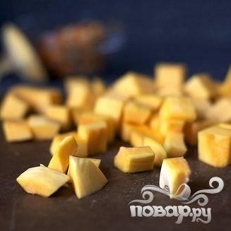 1. Разогреть духовку до 200 градусов. Сквош нарезать кубиками размером около 1 см. Перемешать кубики сквоша с 2 столовыми ложками оливкового масла, тмином, перцем и солью.