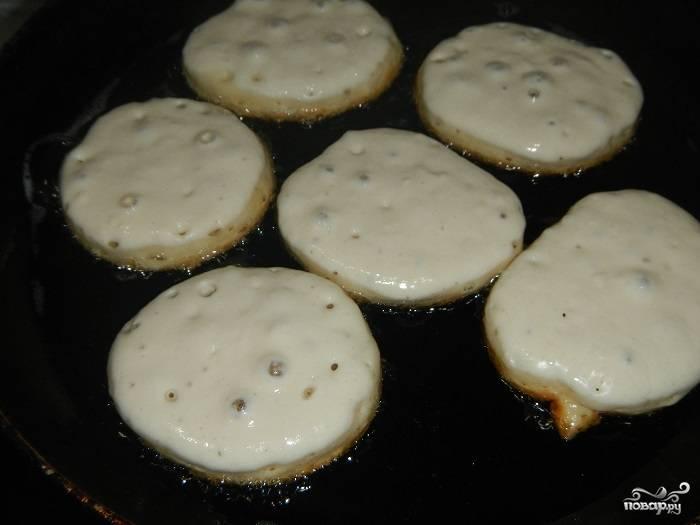 Налейте немного масла растительного на сковородку, выкладывайте тесто по столовой ложке.
