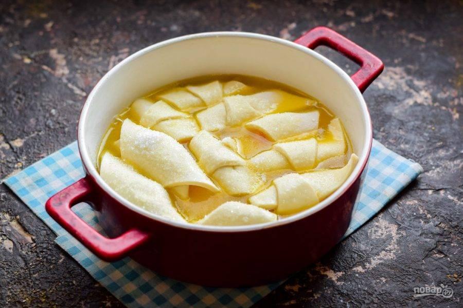 Залейте слойки второй частью соуса, притрусите слегка сахаром. Запекайте 20 минут.
