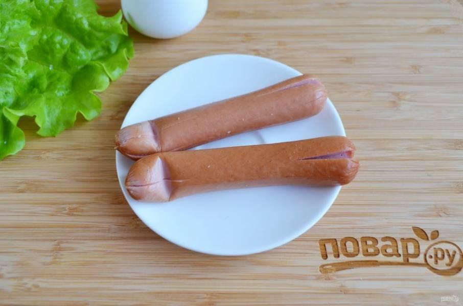 Теперь возьмите сосиски и сделайте на каждом конце крестообразный надрез.