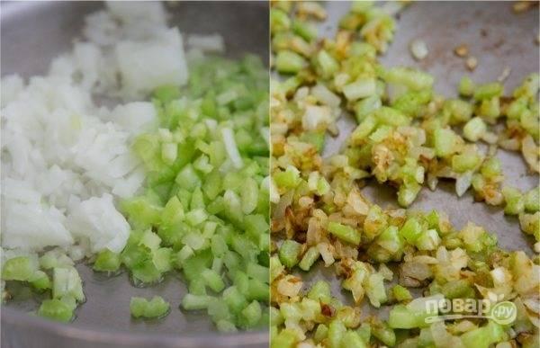 3. Параллельно на сковороде с небольшим количеством растительного масла обжарьте измельченный лук с сельдереем.