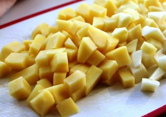 Промойте чечевицу, поставьте на огонь и варите 20 минут после закипания. Тем временем займемся овощами. Порежьте картофель.