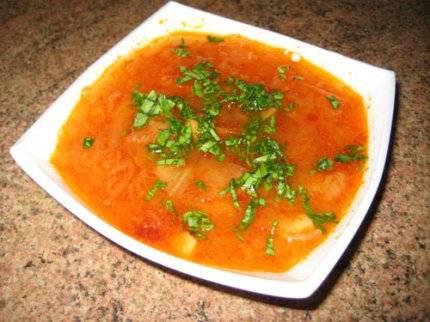 4. И вот теперь уже можно заправлять щи томатной пастой и зеленью по вкусу и подавать!