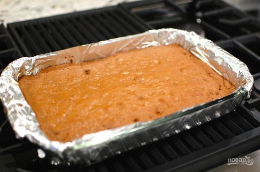 10.Достаньте форму и оставьте пирог на 5-10 минут.
