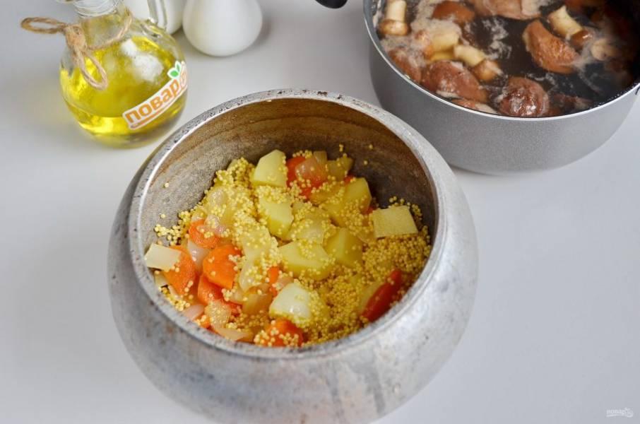6. В казан положите жареные овощи, пшено, картофель.