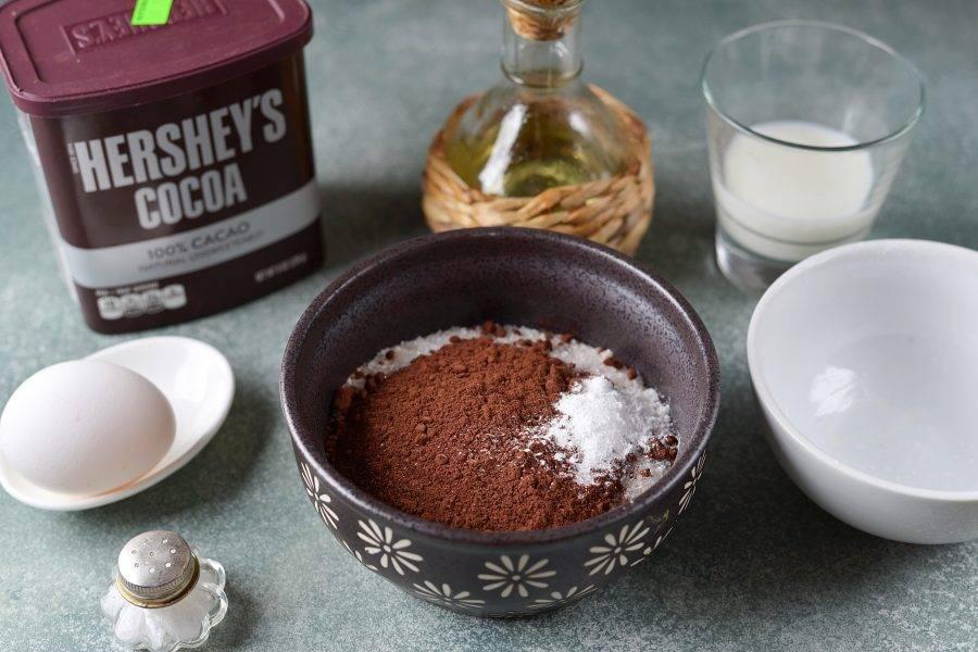 Сухие и жидкие ингредиенты смешивать нужно отдельно, поэтому отмерьте необходимое количество муки, какао порошка и сахара, добавьте соль и разрыхлитель.