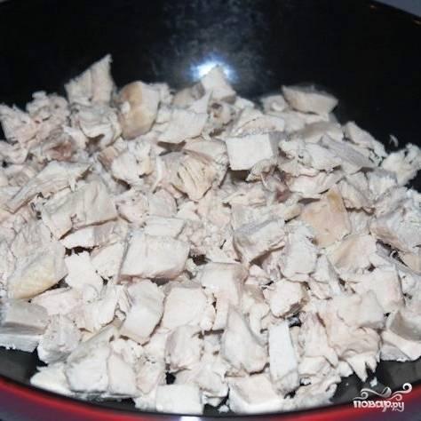 Нарезанное куриное мясо перекладываем в какую-нибудь глубокую емкость.