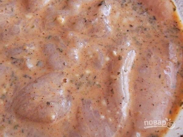 Тщательно перемешаем кляр, чтобы не осталось комочков. И выложим в кляр отбитые кусочки куриного мяса. Оставим часа на 1.5-2 в холодильнике. За это время мясо пропитается вкусами и ароматами специй.