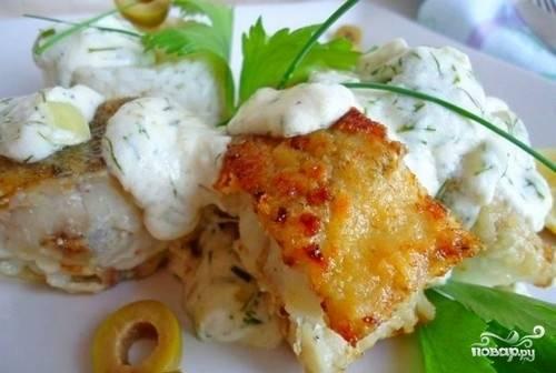 4. Когда наш минтай промаринуется, выкладываем кусочки в противень и заливаем соусом. Приправляем по вкусу и отправляем в разогретую до 200 градусов духовку на сорок минут. Перед подачей рыбу можно также полить сливочным соусом.