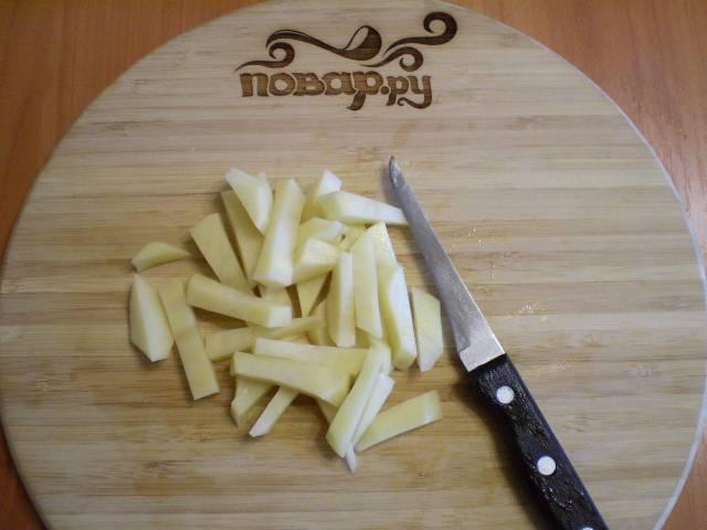 6. Очищаем и режем соломкой или кубиками картофель.