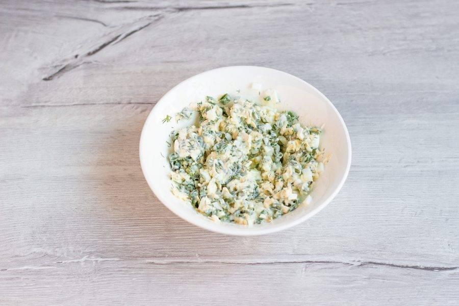 Перемешайте начинку с майонезом или сметаной, посолите по вкусу.