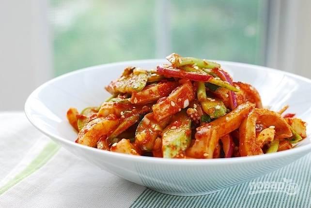А теперь добавьте овощи и зелень к кальмарам, все хорошо перемешайте и подавайте.