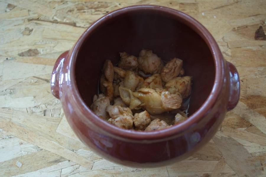 Обжаренное мясо разложите по горшочкам.
