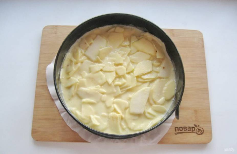 Выложите тесто в форму с пекарской бумагой.