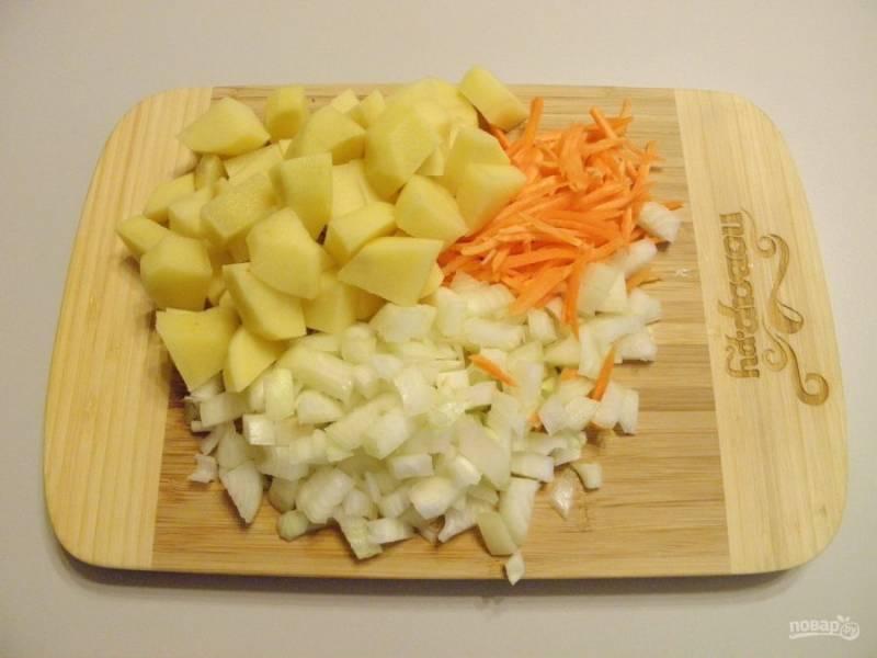 3.Подготовьте к варке овощи: вымойте, очистите от кожуры и порежьте.