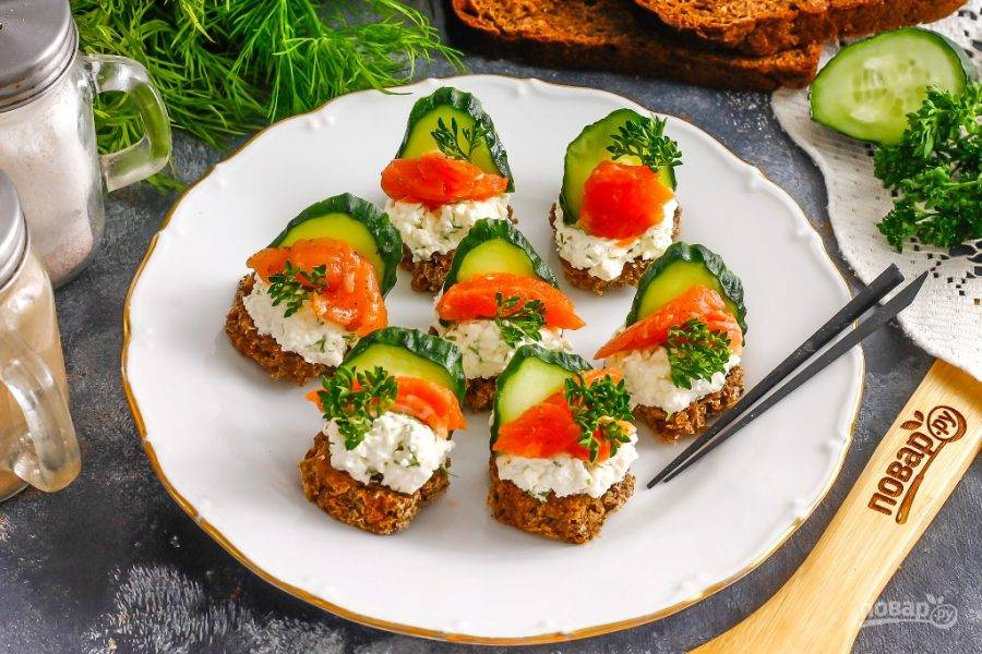 Украсьте блюдо кудрявой петрушкой или веточками укропа и подайте к столу. Канапе можно приготовить заранее за полчаса до подачи и поместить их в холодильник. Главное — сыр не должен быть слишком влажным.