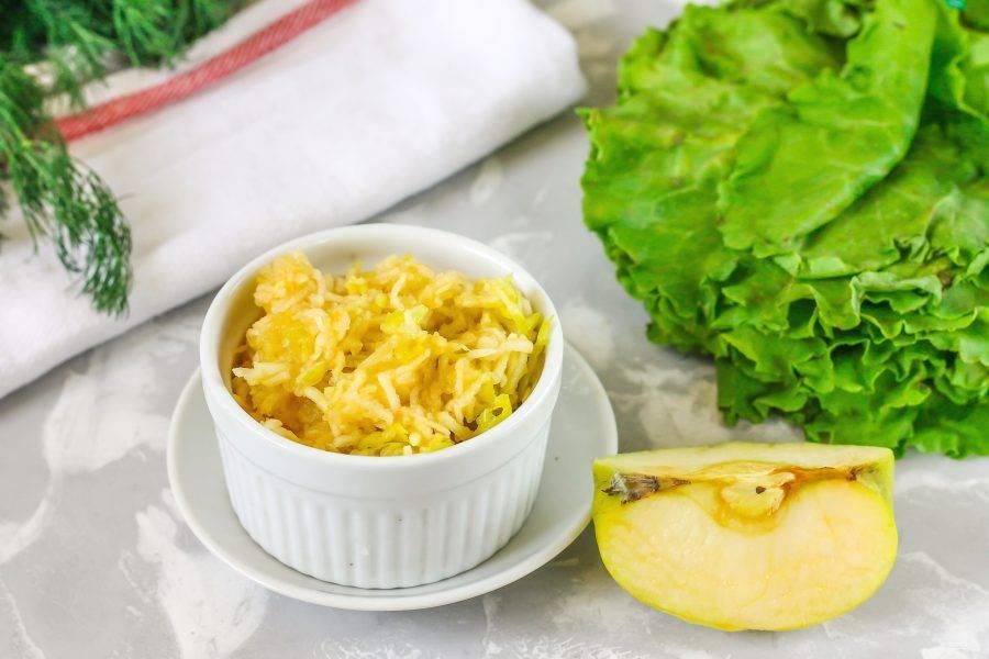 Зеленое яблоко промойте в воде, разрежьте на четыре части и вырежьте семена. Натрите на терке и сбрызните лимонным соком, чтобы мякоть не потемнела.