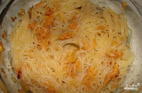 Добавляем в фунчозу обжаренные лук с морковью, солим и перемешиваем. При желании можно добавить соевый соус и свежую зелень.
