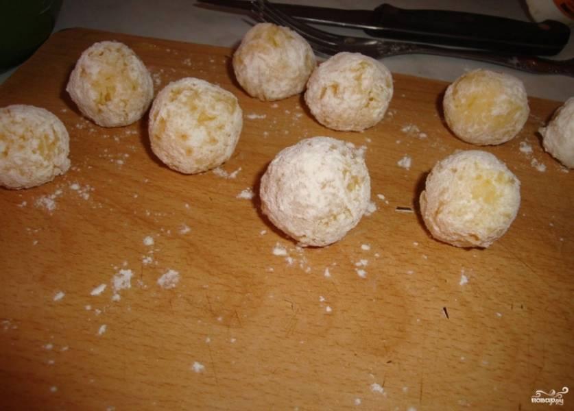 В небольшую тарелку насыпьте немного муки. Обваляйте в ней каждый картофельный шарик. Мука будет отлично держать картофель в процессе жарки, главное — тщательно запанировать каждый шарик, чтобы не осталось пробелов.
