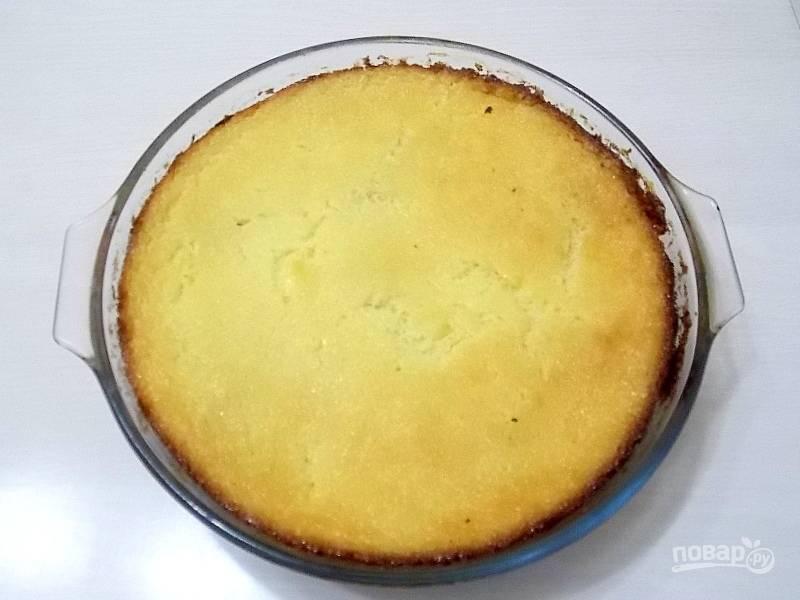 Выньте форму из духовки, смажьте верх маслом и поставьте снова на 20 минут до готовности.