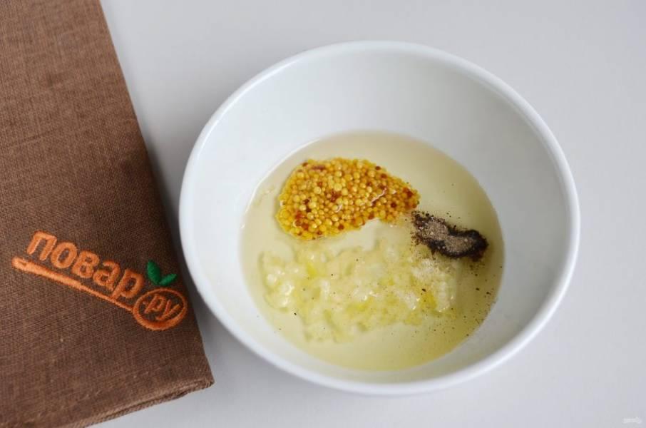 2. Из растительного масла, чеснока, горчицы, соли и перца приготовьте маринад.