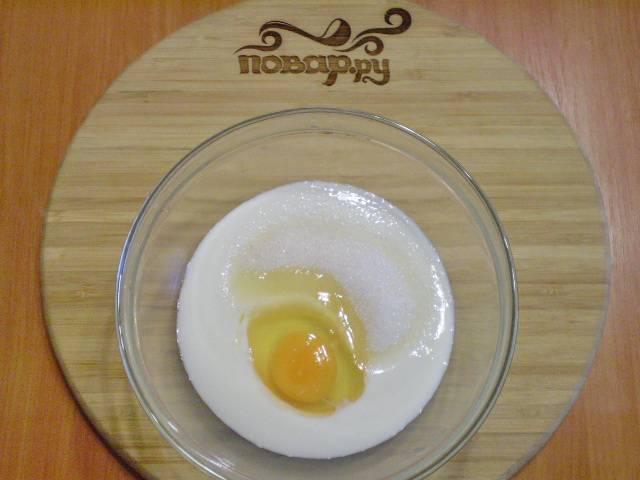 Смешайте кефир с яйцом и сахаром.