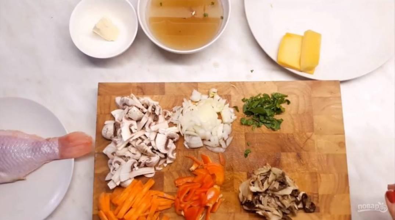1. Для начала нарежьте все овощи на жюльен: морковь, болгарский перец, лук репчатый, шампиньоны и заранее замоченные белые грибы (можно в принципе обойтись и без них). Мелко нарежьте зелень. Натрите на терке два вида сыра.