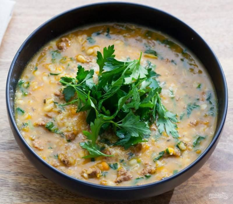 5.Разлейте суп по тарелкам и украсьте его петрушкой, сразу подавайте к столу.