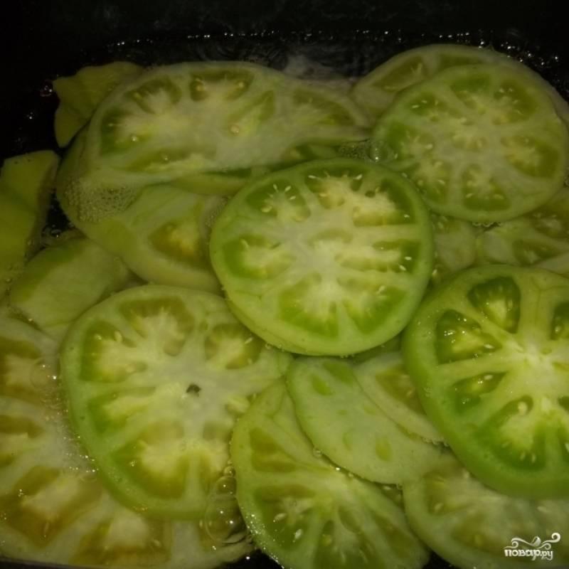 Зеленые помидоры нарежьте на ломтики и положите в кастрюлю. Добавьте 200 мл воды, соль, масло и немного уксуса. Доведите до кипения и кипятите 10 минут.