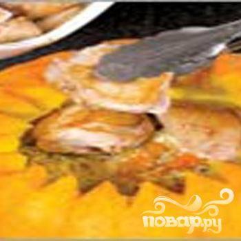 4.Укладываем в подготовленную тыкву поочередно рис, порей и курагу. Затем кладем кусочки цыпленка. Маслом, в котором жарился цыпленок, поливаем. Срезанной верхушкой накрываем, зубочистками закрепляем.