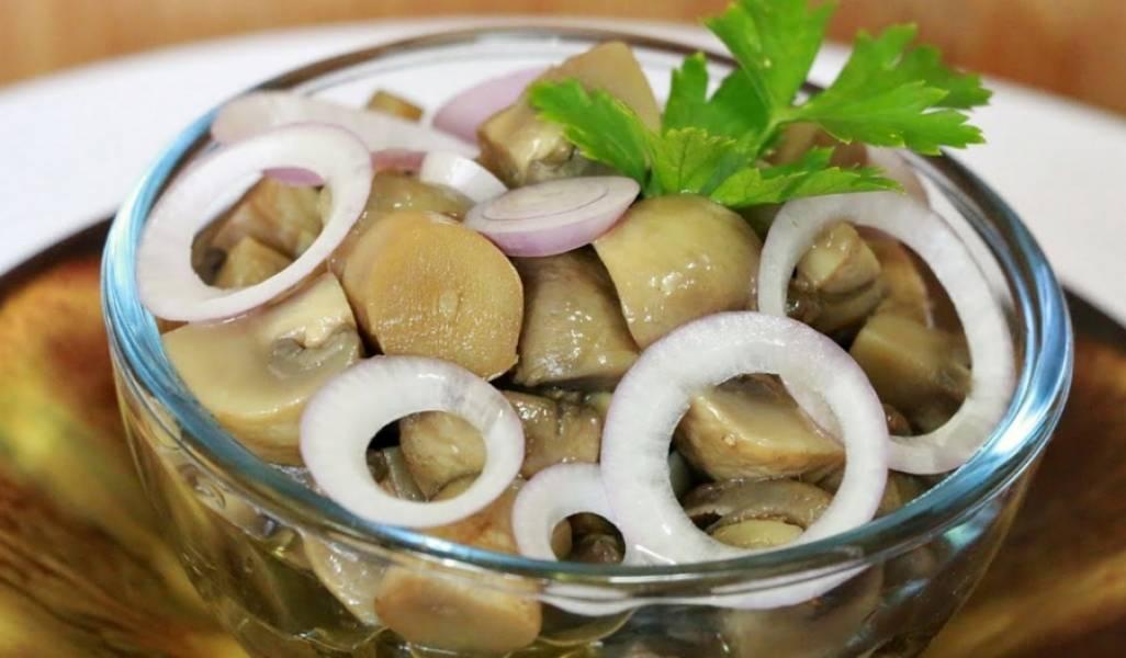 Раскладываем грибы по чистым банкам, ставим в холодильник. Через 2 часа можно заправлять грибы маслом и добавлять свежий лук. Приятного аппетита!