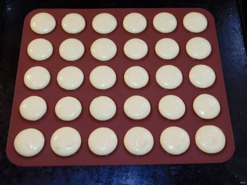 С помощью кондитерского мешка отсадите на противень круглые печеньки одинакового размера. Оставьте их на столе  минут на 30-40. Они должны обветриться и, если дотронуться пальцем, будут немного пружинить. Вот тут их и надо ставить в духовку при 150-160С на 10-20 минут. Здесь уже ориентируйтесь по своей духовке.  Минут через 10 после начала выпекания немного попробуйте приподнять печеньку ножом, чтобы проверить готовность.