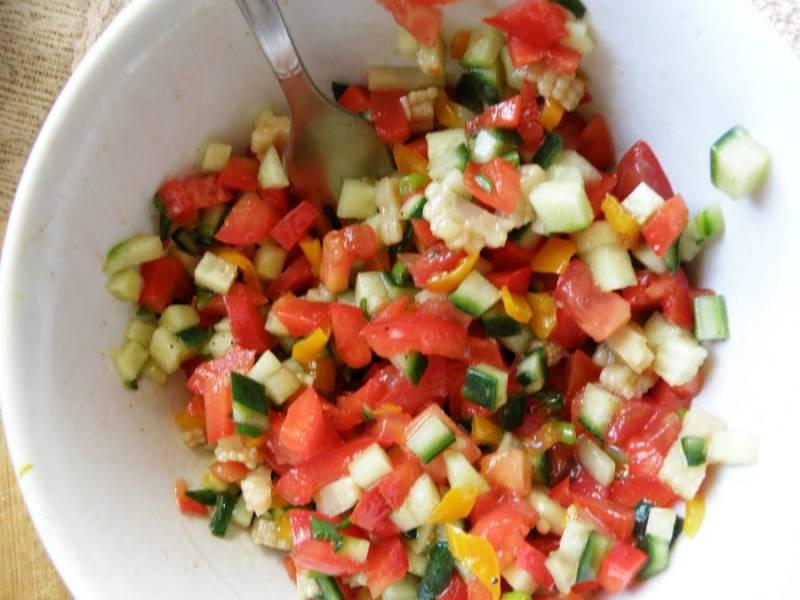 За это время приготовьте сальсу. Овощи мелко нашинкуйте кубиком, лук отдельно посолите и помните с солью. Заправьте салат винным уксусом, сахаром, солью и перцем по вкусу, помня, что вкус должен быть насыщенным и острым. Уберите сальсу в холодильник.