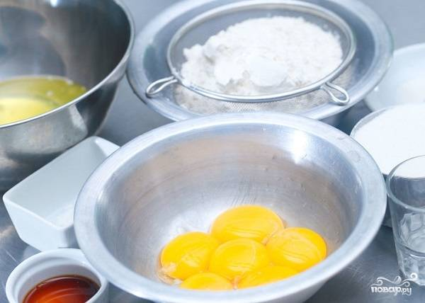 1. Рецепт приготовления вишневого бисквита на самом деле достаточно прост. Для начала подготовьте все необходимые ингредиенты и разогрейте до 180 градусов духовку.