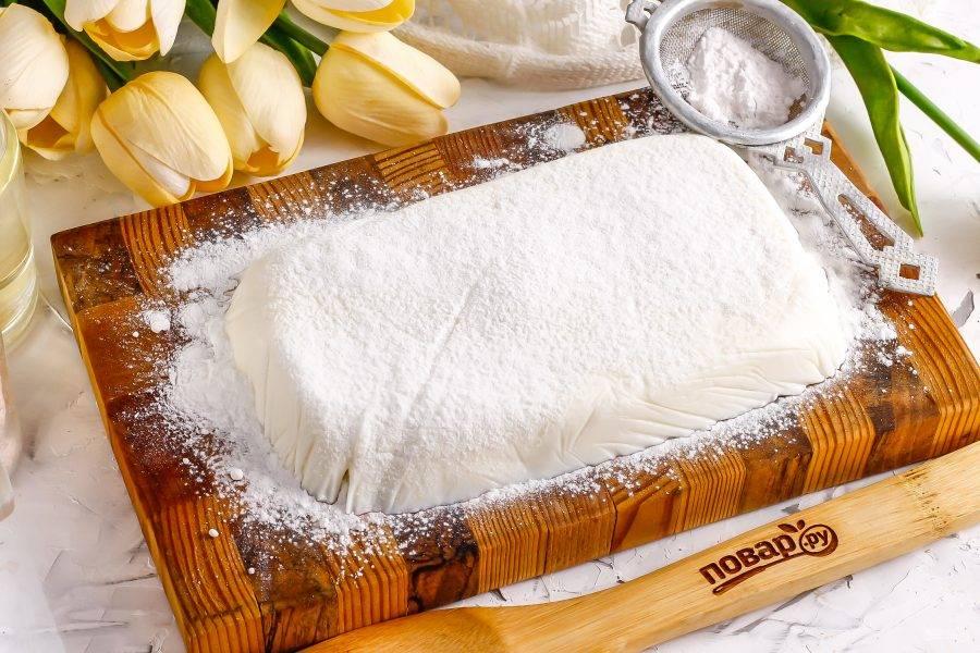 Присыпьте доску сахарной пудрой, переверните желе на пудру и снимите пленку. Затем и сверху присыпьте сахарной пудрой.