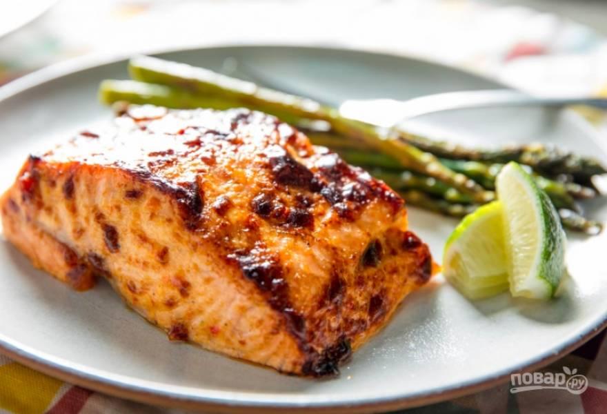 Духовку разогрейте до 160 градусов. Запекайте филе 18-20 минут. Аккуратно переложите кусочки на тарелки, украсьте по вкусу и подайте.