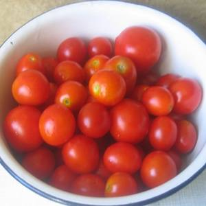 Промываем помидоры в холодной воде. Складываем их в миску.