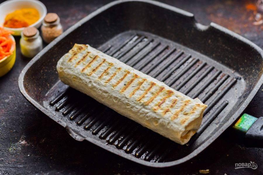 Поджарьте лаваш на сковороде с обеих сторон до румяной корочки.