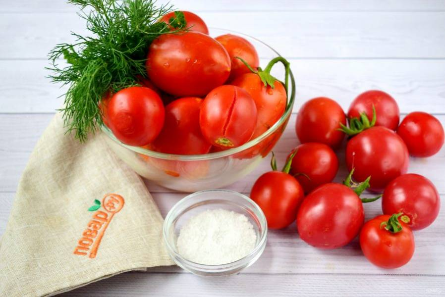 1. Для начала помидоры хорошо вымойте и переберите. Плотные и мелкие плоды оставьте целыми. Помятые, поврежденные помидоры, с трещинами – для томатного сока.