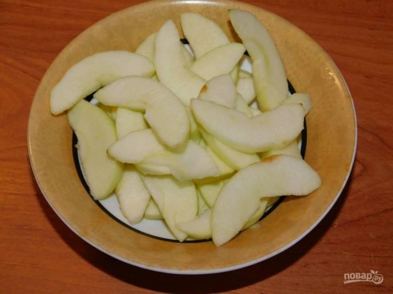Яблоки очистите и нарежьте дольками.