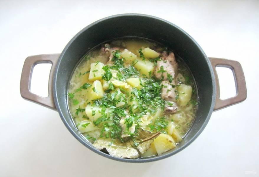Варите суп до готовности всех ингредиентов. В конце добавьте нарезанную петрушку и измельченный чеснок.