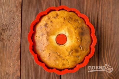 Через 25 минут накройте кекс фольгой, чтобы верх не пригорел. Готовность кекса проверяем зубочисткой или шпажкой: сухая, значит кекс готов.