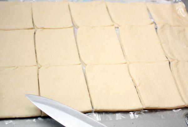 Слоёное тесто размораживаем и разрезаем на полоски.
