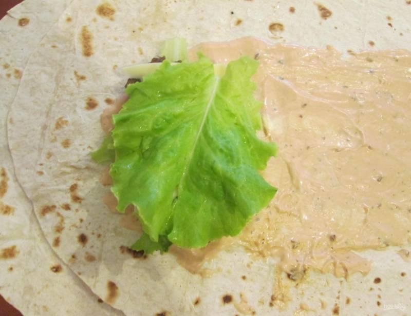 5.Салатные листы мою, кладу на огурец.