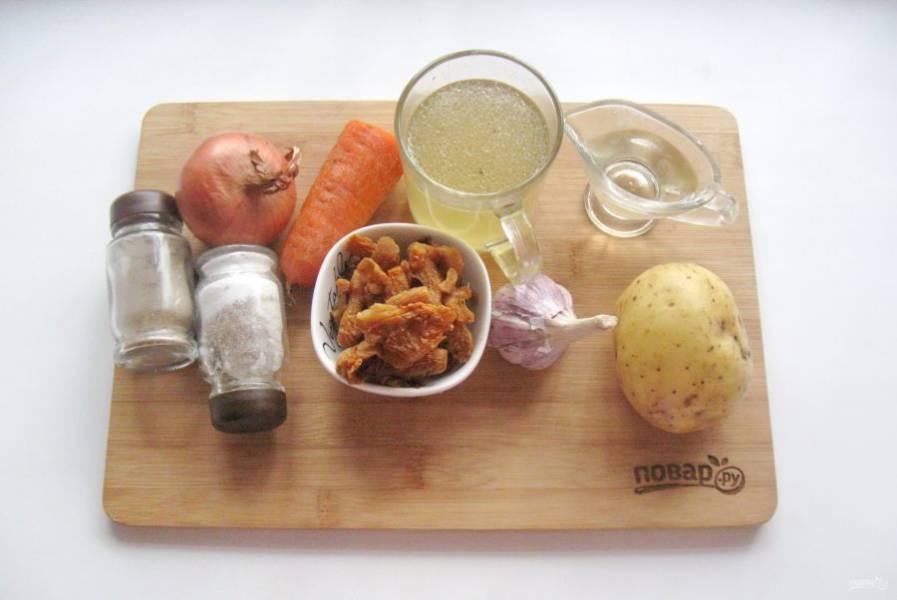 Возьмите ингредиенты для приготовления супа.