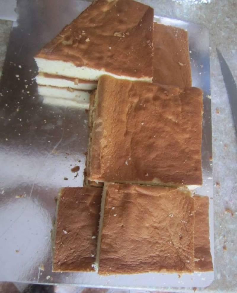 1. Для начала необходимо испечь бисквит. Белки взбить с сахаром, желтки отдельно взбить с сахаром. Добавить крахмал и муку. Соединить аккуратно белки с желтками. Выпекать бисквит около 15-20 минут, готовность проверить спичкой или зубочисткой. Остывший бисквит разрезать на кусочки, каждый разделить вдоль. Выложить в форме единицы.