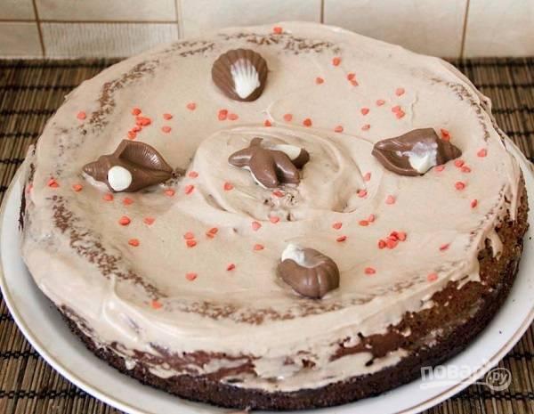 8. Оставшийся крем распределите по верхушке и бортам. Можно сделать шоколадную глазурь при желании. Оставьте тортик для пропитки (минимум 3-4 часа). А перед подачей украсьте.