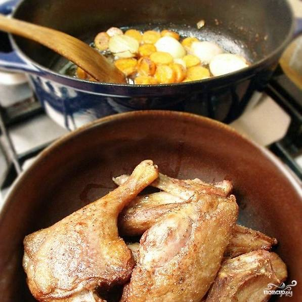 Обжаренную утку достаем из жира и перекладываем в какую-нибудь другую сковороду или посуду. В оставшемся жире до румяной корочки обжариваем наши овощи.