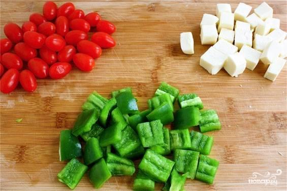 2. Болгарский перец промойте, очистите от семян и плодоножки. Моцареллу и перец нарежьте кубиками, по размеру равными помидорчикам.