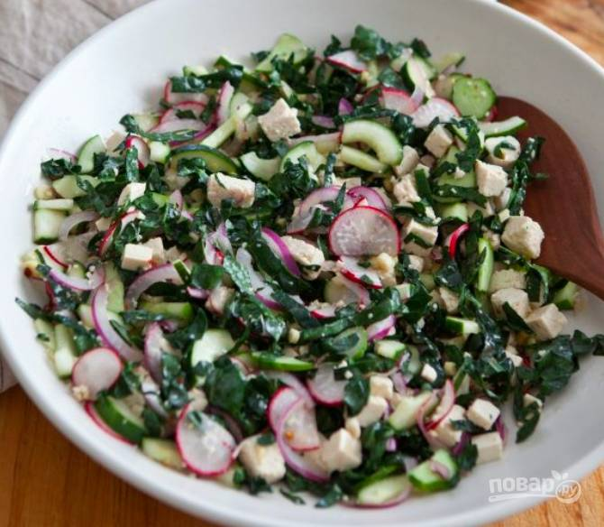 Когда заправка немного остынет, выльем ее в миску к нарезанным овощам и сыру, добавим семечки. Все хорошо перемешайем.